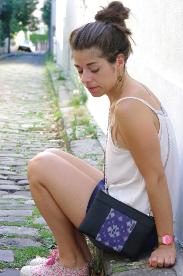 Idée de look avec le sac qui fait pochette, 100% vegan en Noir et Bleu Fleuri, fabriqué en France pour l'empowerment des femmes.