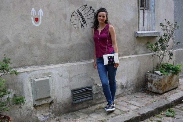 Idée de look avec le sac qui fait pochette, 100% vegan en Blanc Crème et Noir Étoiles, fabriqué en France pour l'empowerment des femmes.