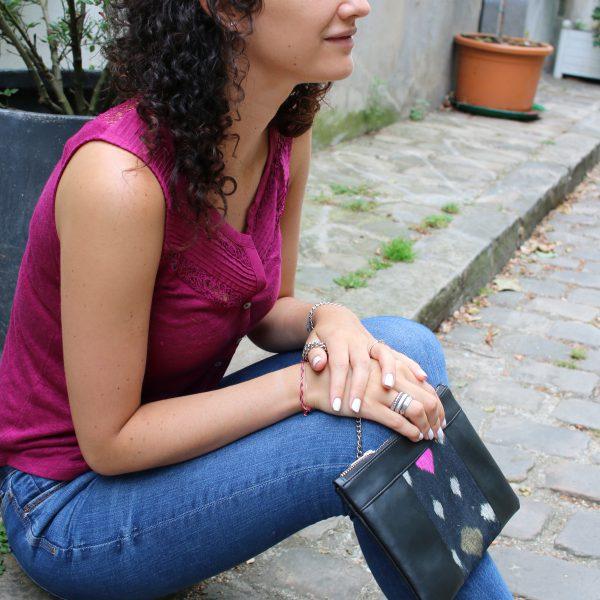 Idée de look avec le sac qui fait pochette, 100% vegan en Noir et Noir Étoiles, fabriqué en France pour l'empowerment des femmes.