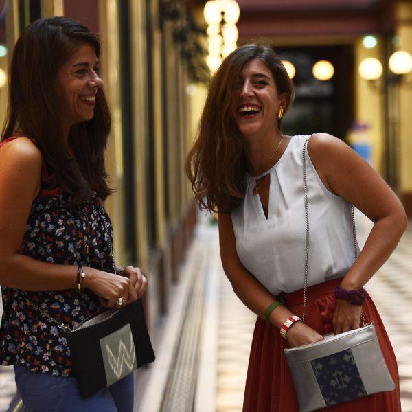 Idée de look avec le sac qui fait pochette, 100% vegan en Noir et Gris Rizière, fabriqué en France pour l'empowerment des femmes.