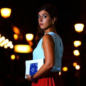 Idée de look habillé avec le sac qui fait pochette, 100% vegan en Blanc Crème et Bleu Fleuri, fabriqué en France pour l'empowerment des femmes.