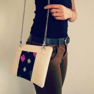 La Petite Secousse et son sac-pochette vegan Cassie en Crème & Noir Étoiles, la touche féminine à sa tenue.
