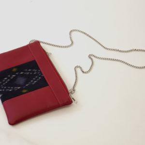Le sac qui fait pochette grâce à sa chaine bandoulière, 100% vegan en Rouge et Marine Psyché, fabriqué en France pour l'empowerment des femmes.