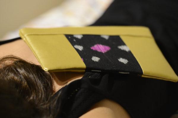 Idée de look avec notre pochette en cuir vegan Doré et tissu Noir Étoiles. 100% vegan. Fabriqué en France par des femmes pour l'empowerment des femmes.